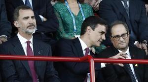 Pedro Sánchez, junto al Rey, charla con Quim Torra, el pasado 22 de junio, en la inauguración de los Juegos Mediterráneos de Tarragona.