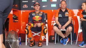 Pol Espargaró, sentado en el boxe de KTM, antes del primer entrenamiento de ayer, en Mugello.