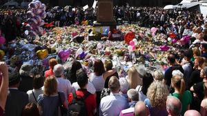 Una multitud observa un minuto de silencio en St Ann's Square, en el tributo a las víctimas, en Manchester, el 25 de mayo.