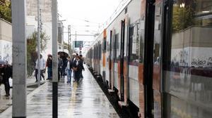 Un tren de la R16 parado en Cambrils por la lluvia, este miércoles.