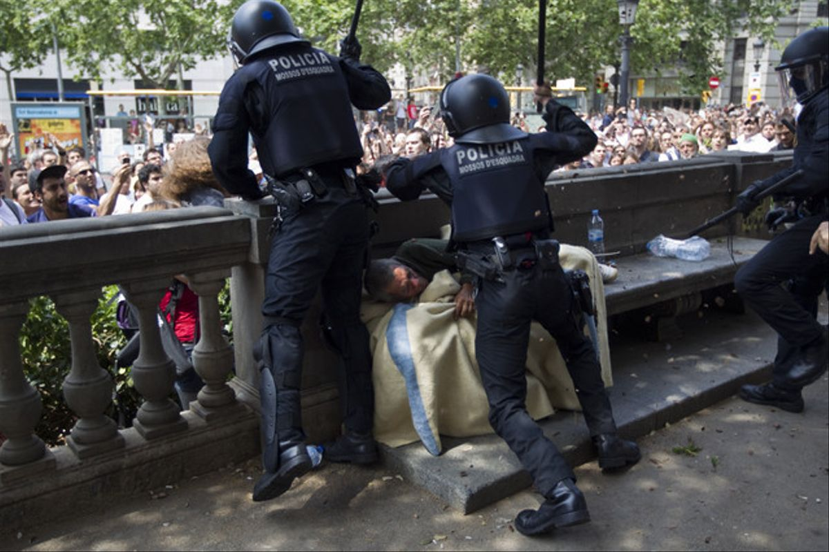 El desalojo de plaça Catalunya, visto por Albert Bertran.