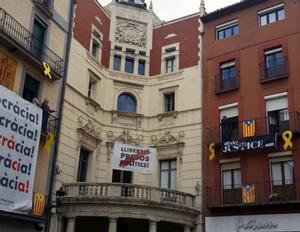 El cartell dels polítics presos torna a l'Ajuntament de Berga
