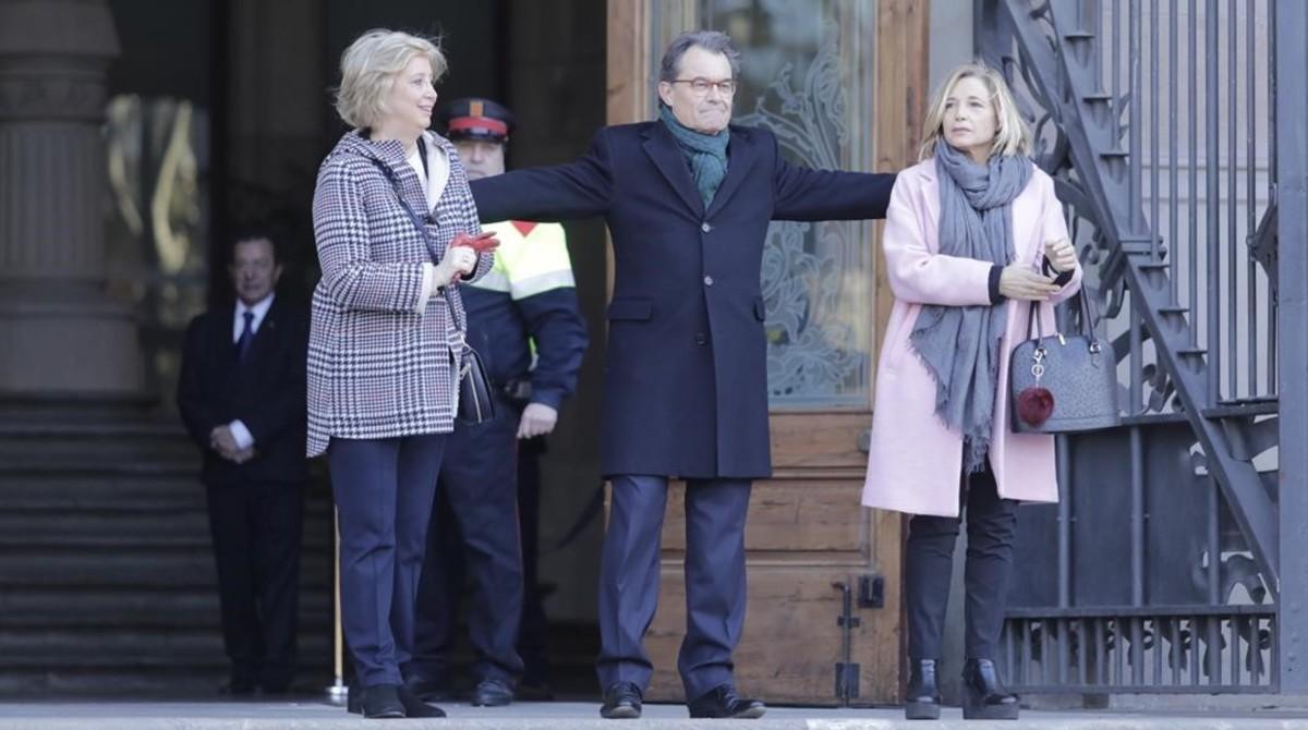 Irene Rigau,Artur Mas y Joan Ortega,a la salidade la Generalitat, antes dedirigirse al Palau de Justícia, ellunes 6 de febrero.