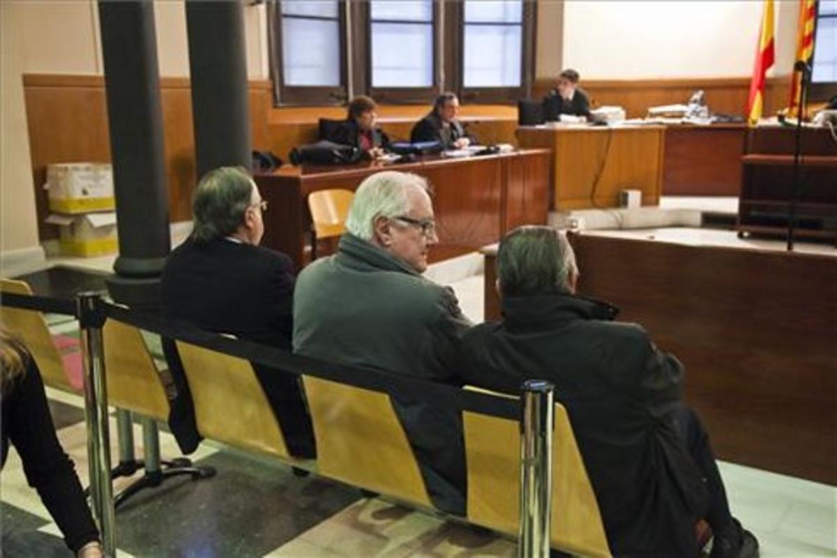 De izquierda a derecha, los expresidentes de FGC Antoni Herce, Enric Roig y Albert Vilalta, este lunes, durante el juicio en la Audiencia de Barcelona.