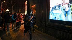 Un hombre sostiene ropa robada en una tienda de Barcelona. REUTERS/Nacho Doce