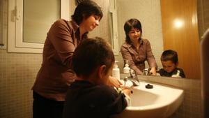 Una madre con las actividades cotidianas del cuidado de sus hijos
