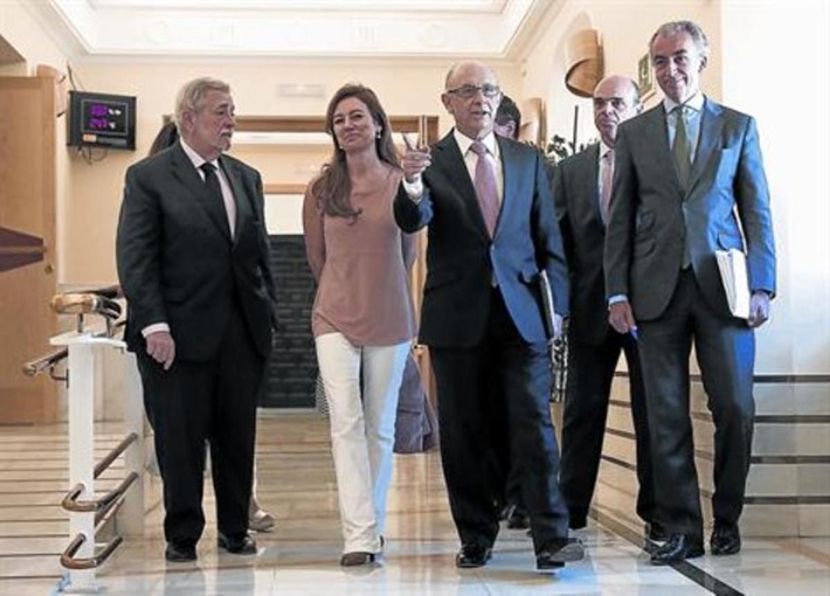 Cristóbal Montoro, en el centro y redeado de su equipo, el día que presentó la ley de reforma tributaria en el Congreso.