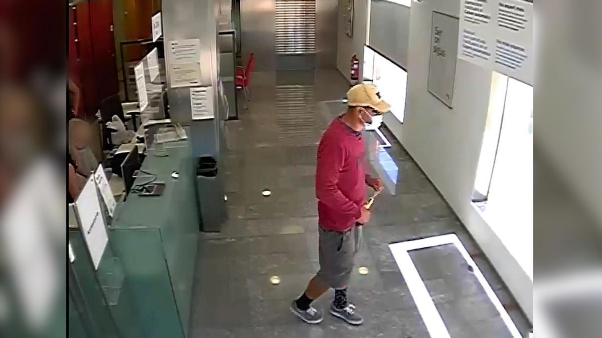 Detenido un ladrón que atracaba bancos en Barcelona usando un serrucho.