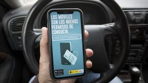 Imagen de la campaña promocional de la'app' MiDGT en un móvil