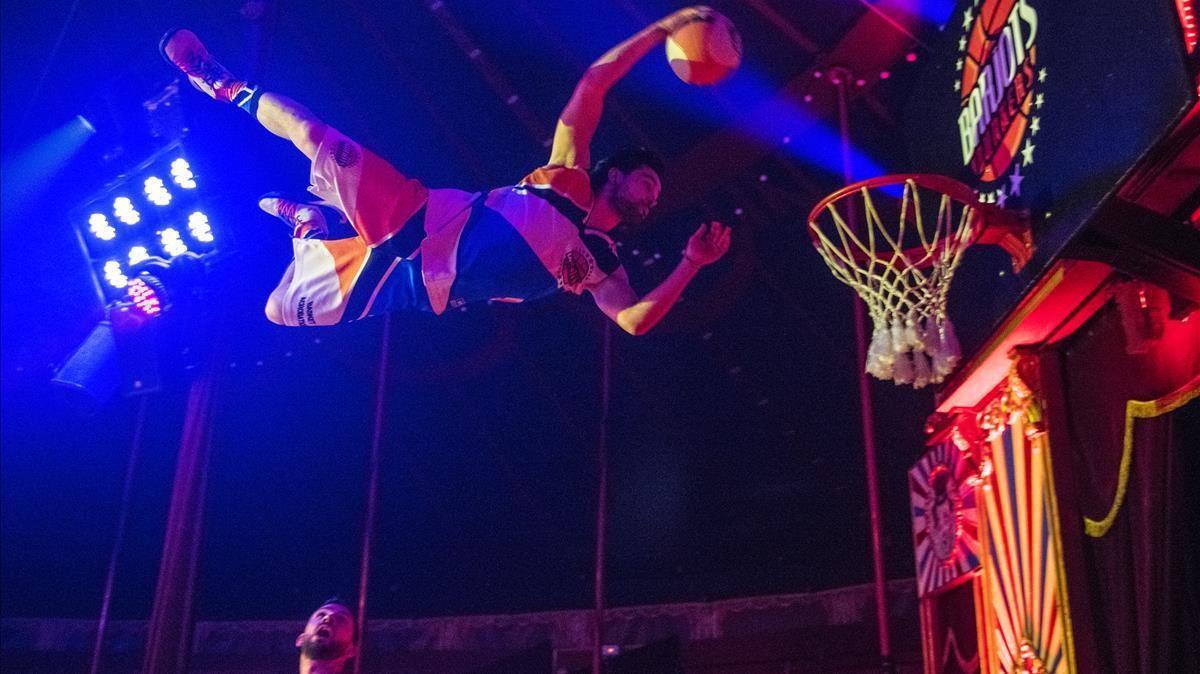Ensayo del numero  de los BarjotsDunkers,  baloncesto acrobático  que se puede ver en el  espectáculo del Circo Raluy Legacy instalado en el Port Vell.