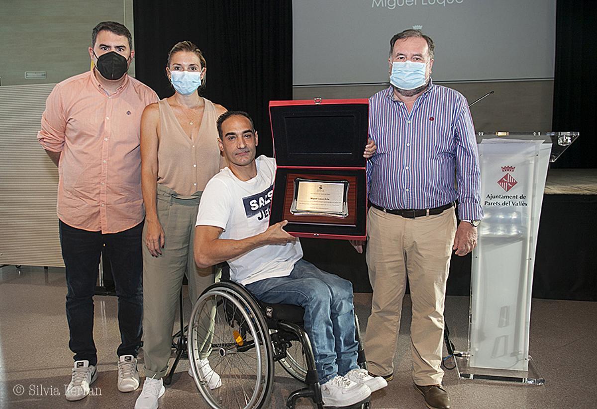 El alcalde de Parets, la vicealcaldesa y el concejal de Deportes haciendo entrega de la placa de reconocimiento a Miguel Luque