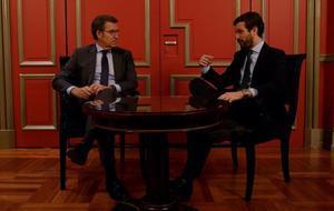 Alberto Núñez Feijóo y Pablo Casado, al inicio de la reunión de 35 minutos que han improvisado en una sala del hotel madrileño donde el presidente de la Xunta ha ofrecido este martes una conferncia.