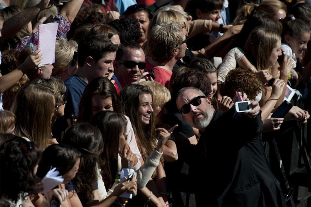 El director Álex de la Iglesia se hace una foto con sus fans, ayer en San Sebastián.
