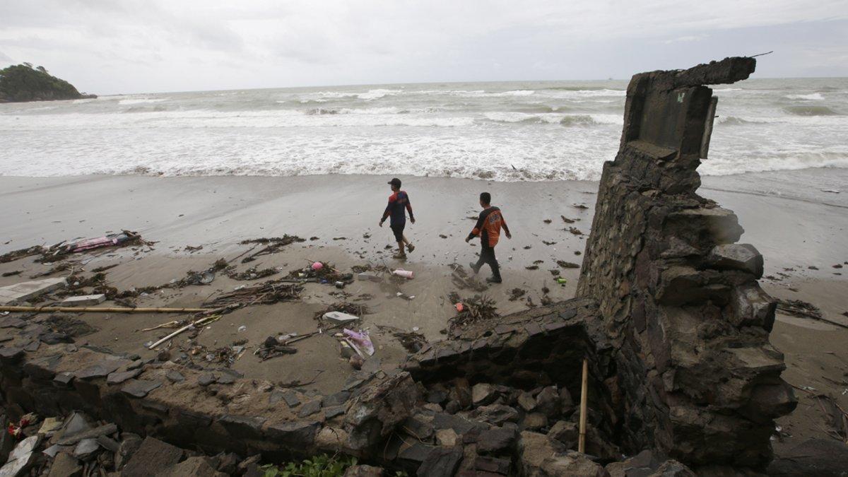 Voluntarios buscan víctimas en la playa de Carita (Indonesia).