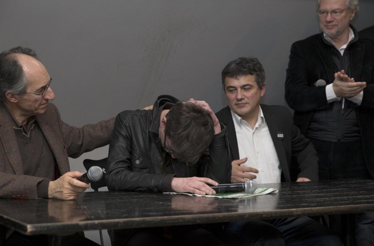 El nuevo redactor jefe de 'Charlie Hebdo', Gerard Biard, rompe a llorar durante la rueda de prensa.