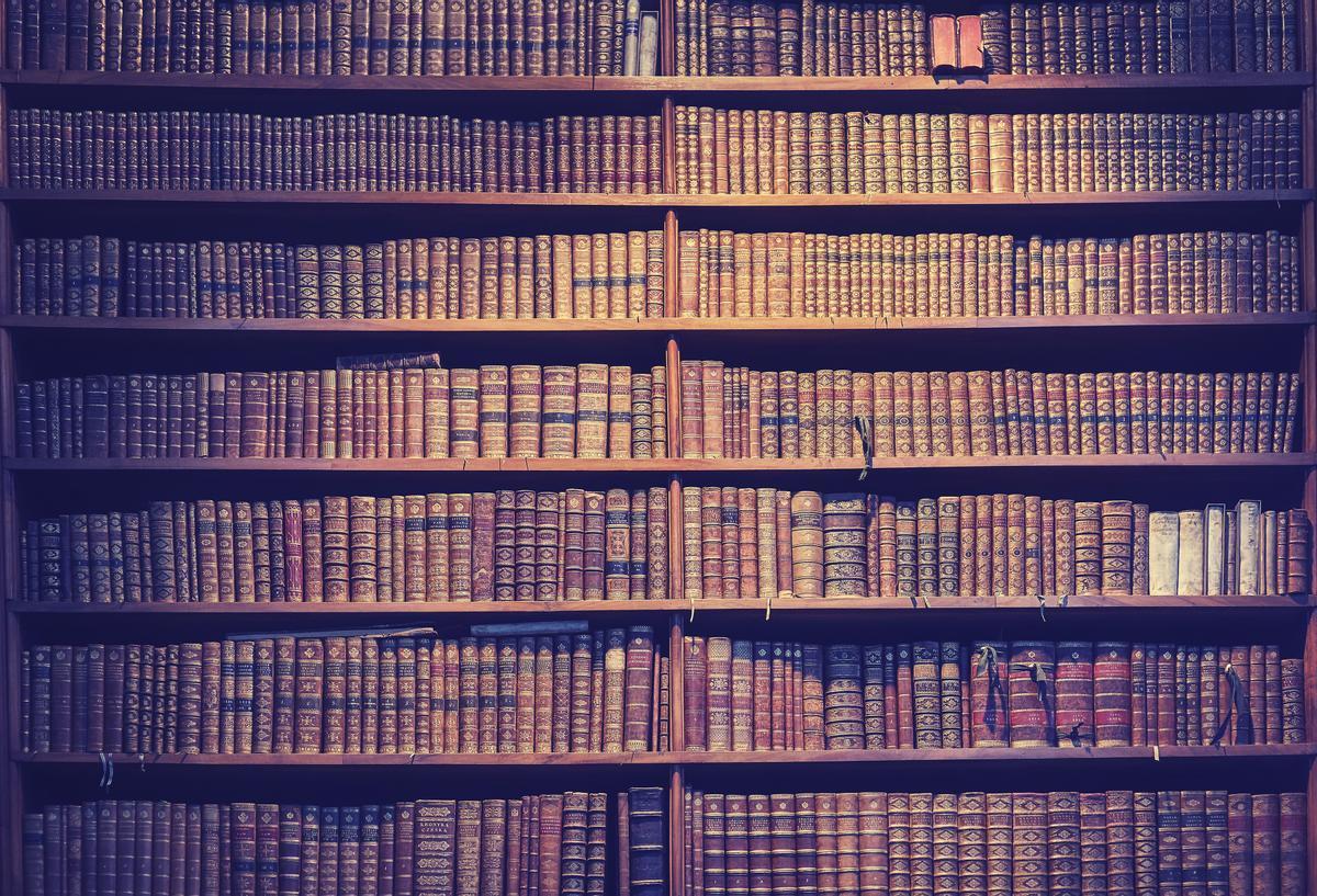 Biblioteca personal de libros antiguos.
