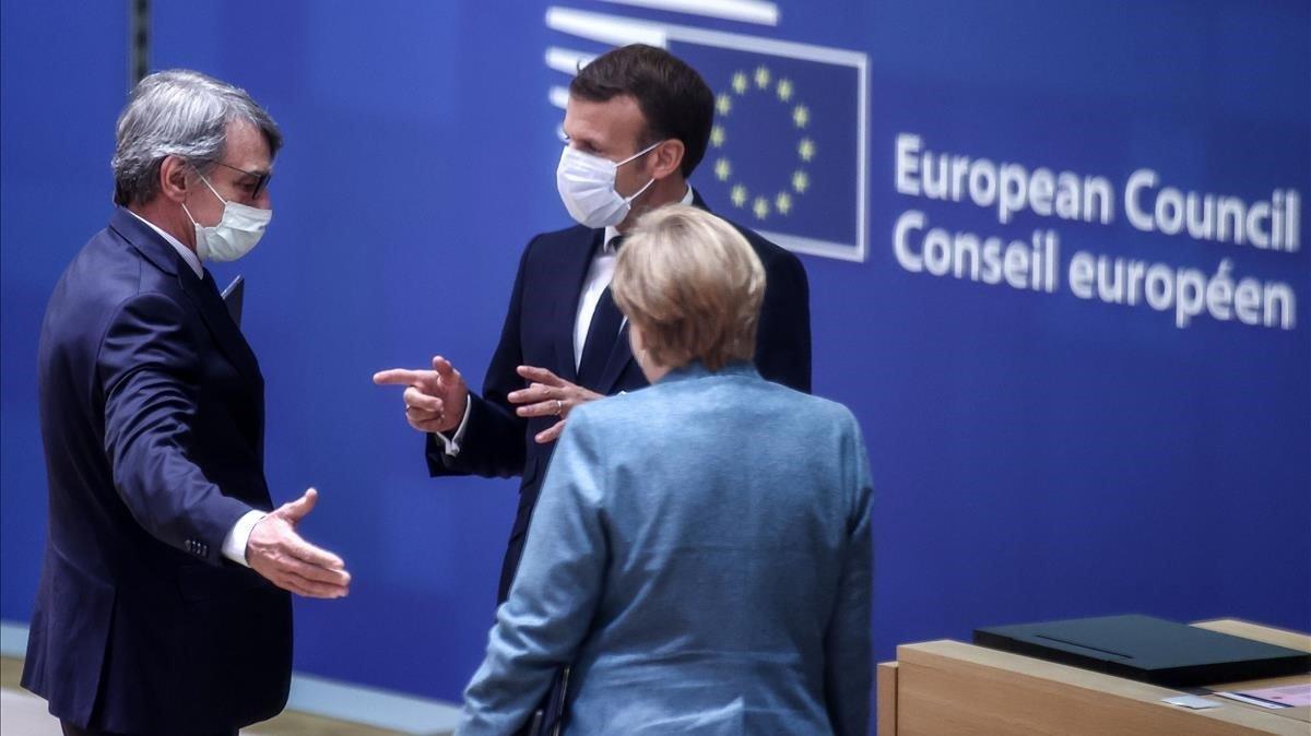 Sassoli, Macron y Merkel (de izquierda a derecha) departendurante el Consejo Europeo de esta semana.