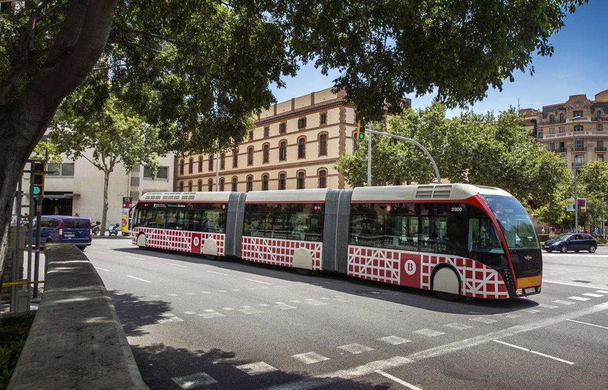 Un autobús de la línea H12, de la red ortogonal, en la Gran Via de Barcelona.