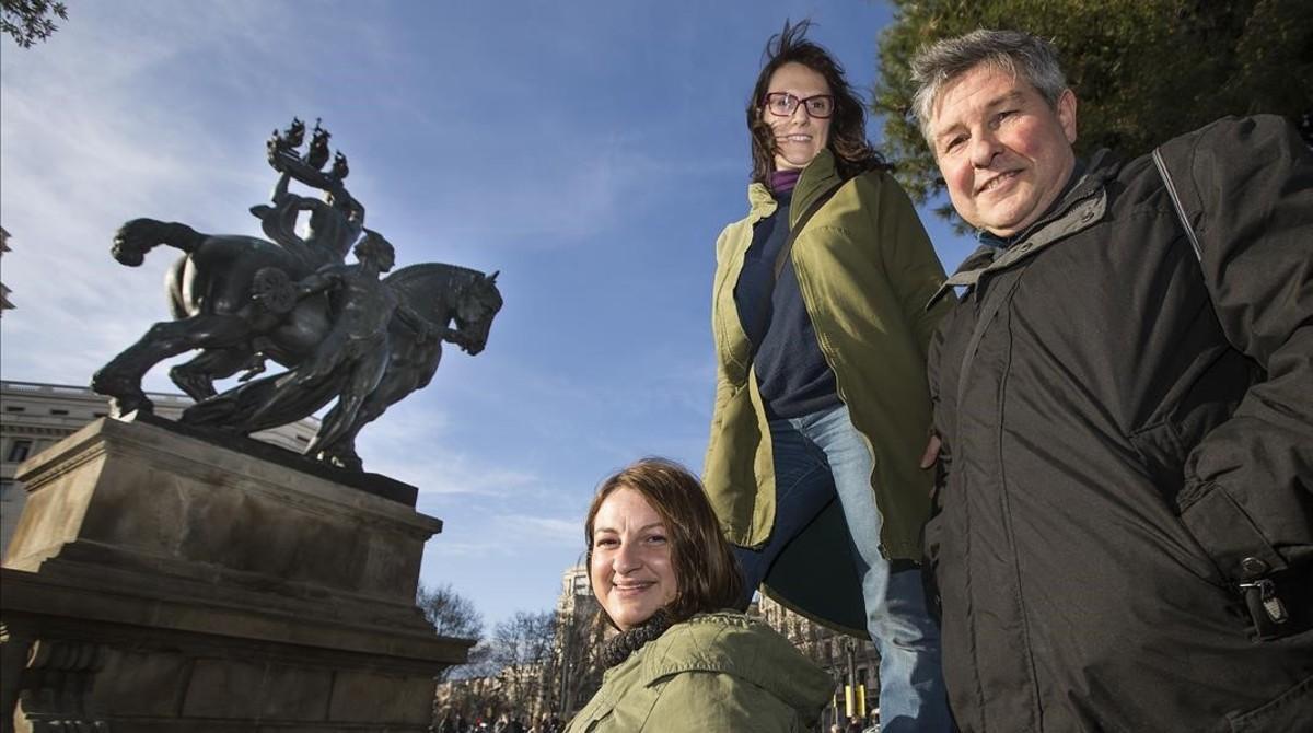 Neus Prats, Roser Messa y Andrés Paredes, tres de los Cazadores de Hermes, junto a la escultura del dios realizada por Frederic Marés e instalada en la plaza de Catalunya.