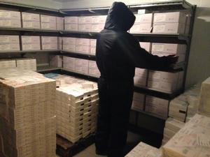 Un operario en el almacén de vacunas de Maputo.
