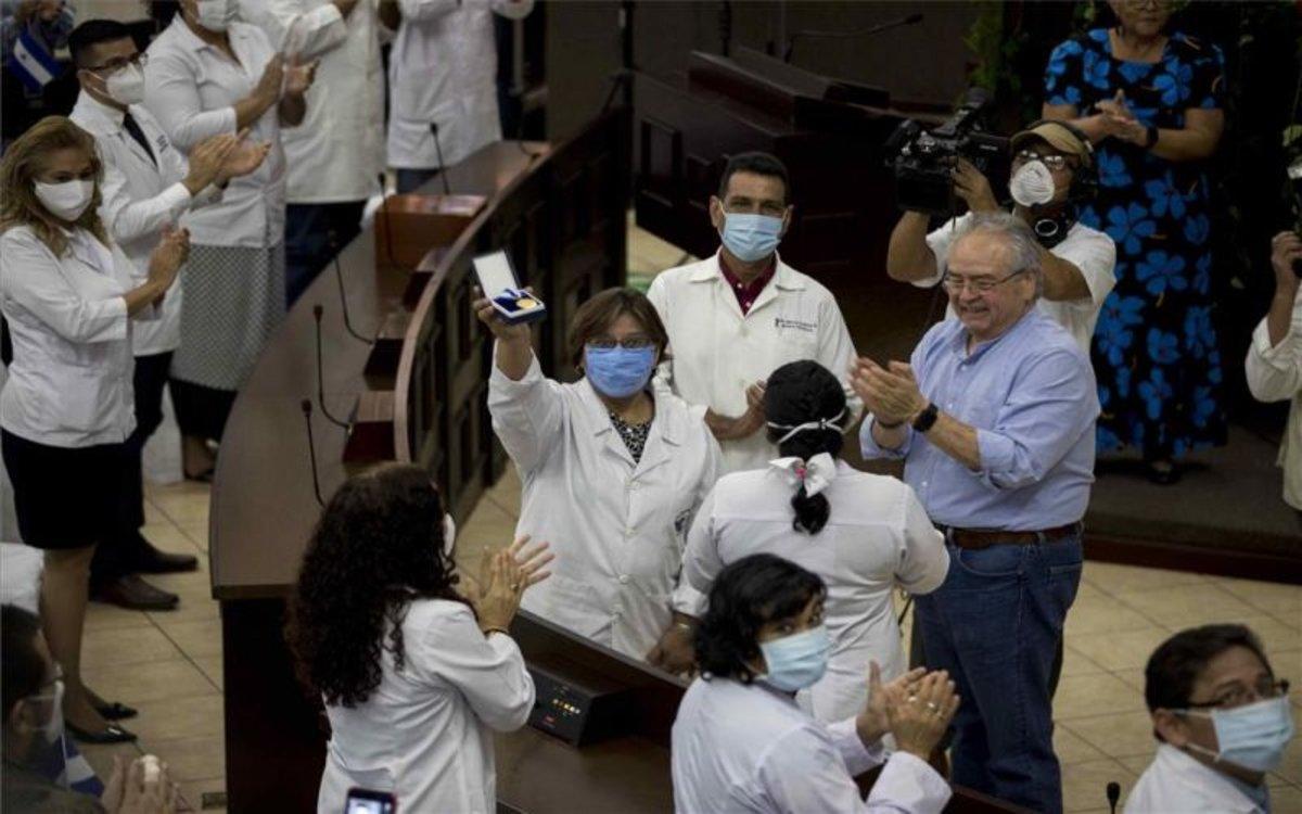 Reconocimento a médicos de Nicargua durante la pandemia.