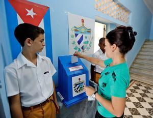 Una mujer votaen el referendo sobre la nueva Constitucionen La Habana,Cuba.