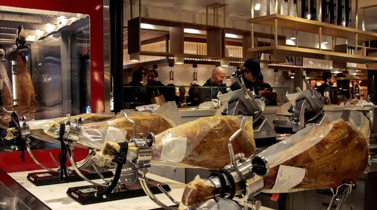 Patas de jamón ibérico en el restaurante Mercado Little Spain, en Nueva York.