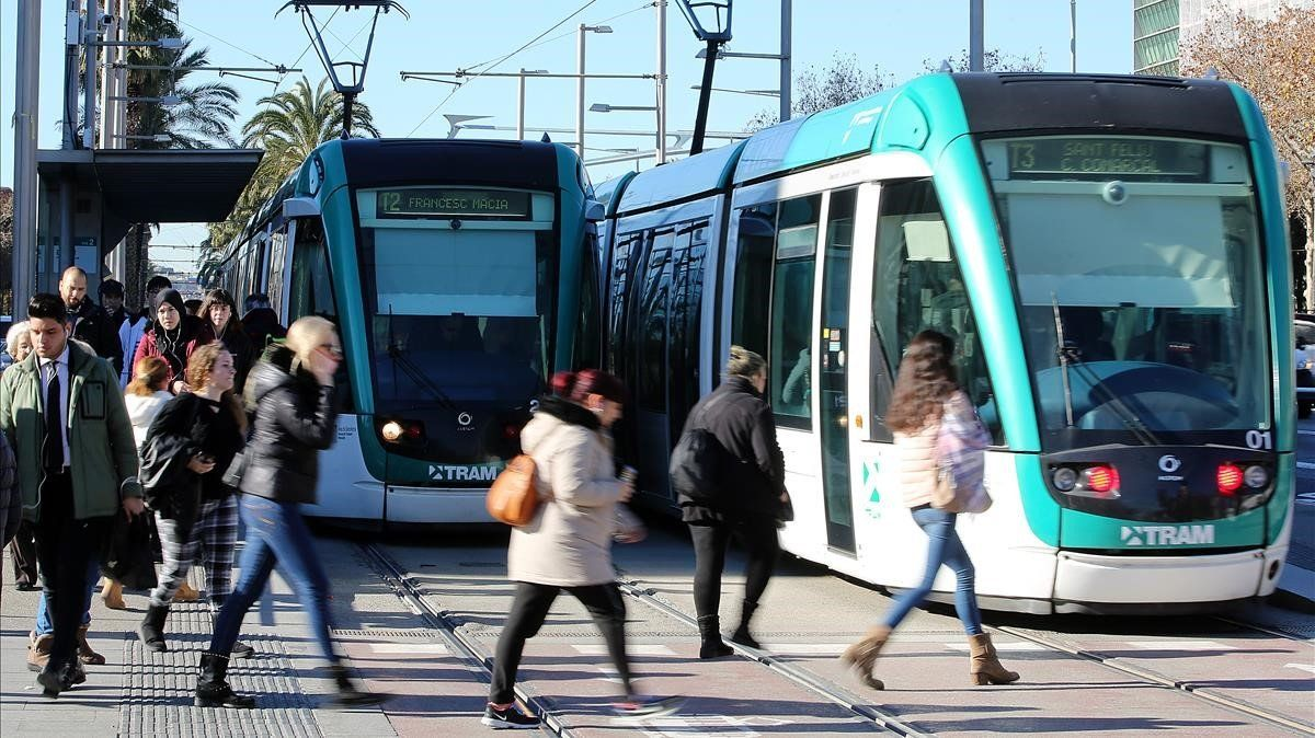Imagen del tranvía a su paso por Maria Cristina.