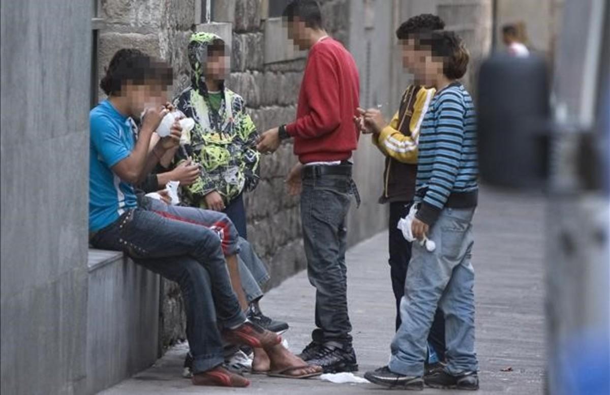 Un grupo de menores esnifan cola en la calle de Egipciaques, en Ciutat Vella, en el 2007.