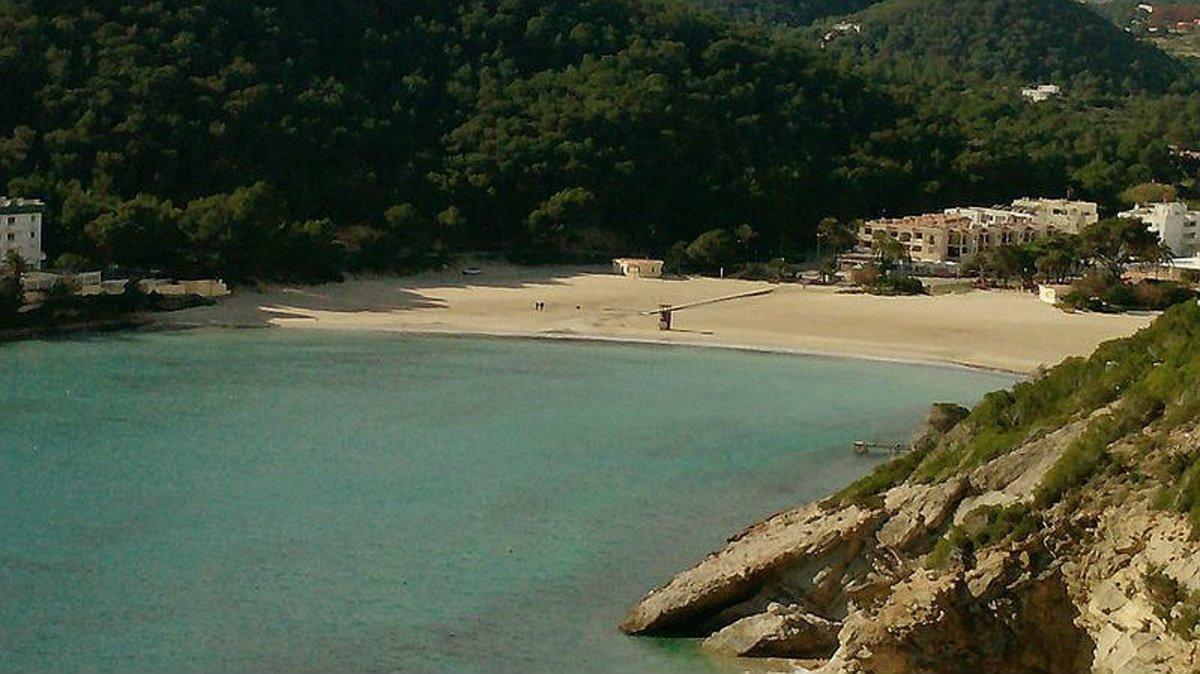 Aspecto de la playa de Cala Llonga, en cuya urbanización se ha ahogado un niño de 4 años, este lunes.