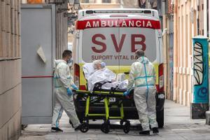 Una mujer de la residencia de ancianos de Velluters de València, trasladada en ambulancia a un hospital el pasado día 14.