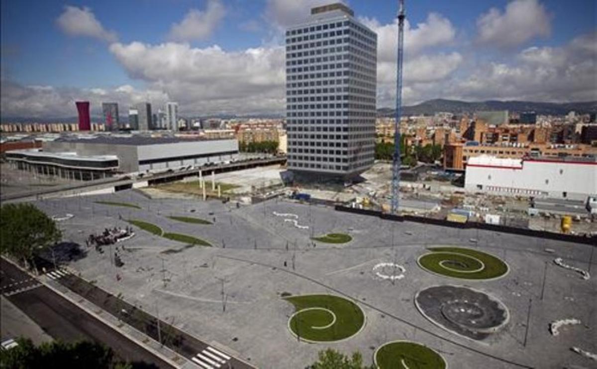 La nueva plaza del Portal Firal junto al barrio de la Marina del Prat Vermell, la Fira de L'Hospitalet y el paseo de la Zona Franca.