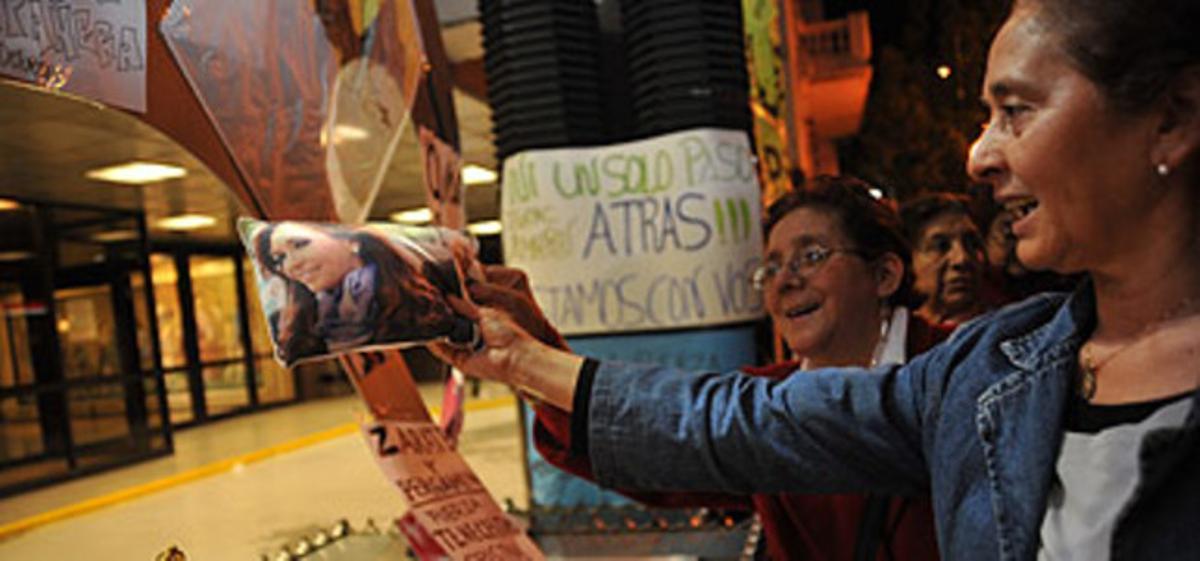Ciudadanos argentinos expresan su apoyo a Kirchner a las puertas de la clínica Favaloro, esta madrugada en Buenos Aires.