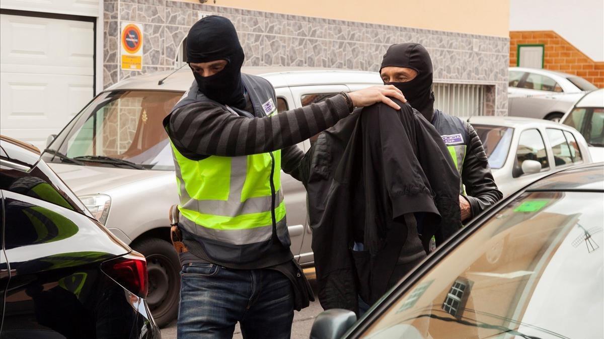 Agentes de la Policía Nacional detienen a un individuo relacionado con una red yihadista en Tenerife.