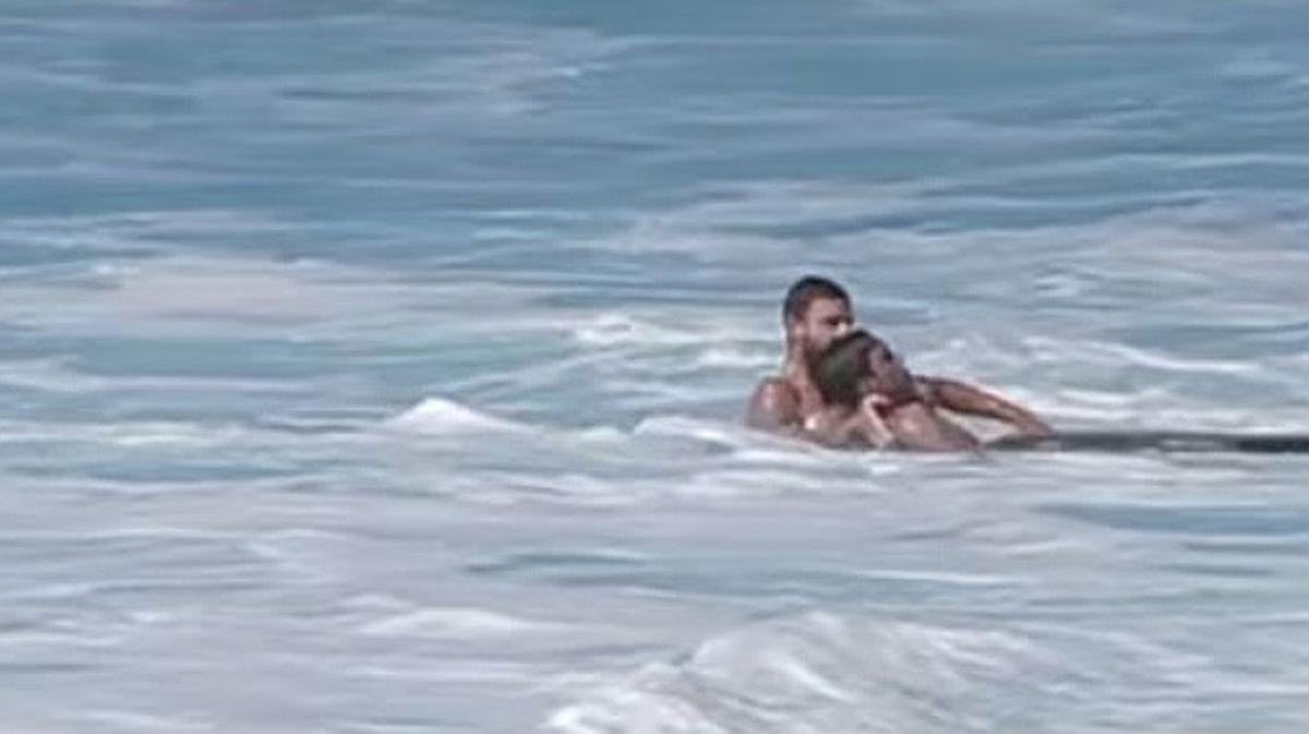 Un surfista queda inconsciente cuando le revuelca una ola en Hawai. Un compañero le salva la vida.