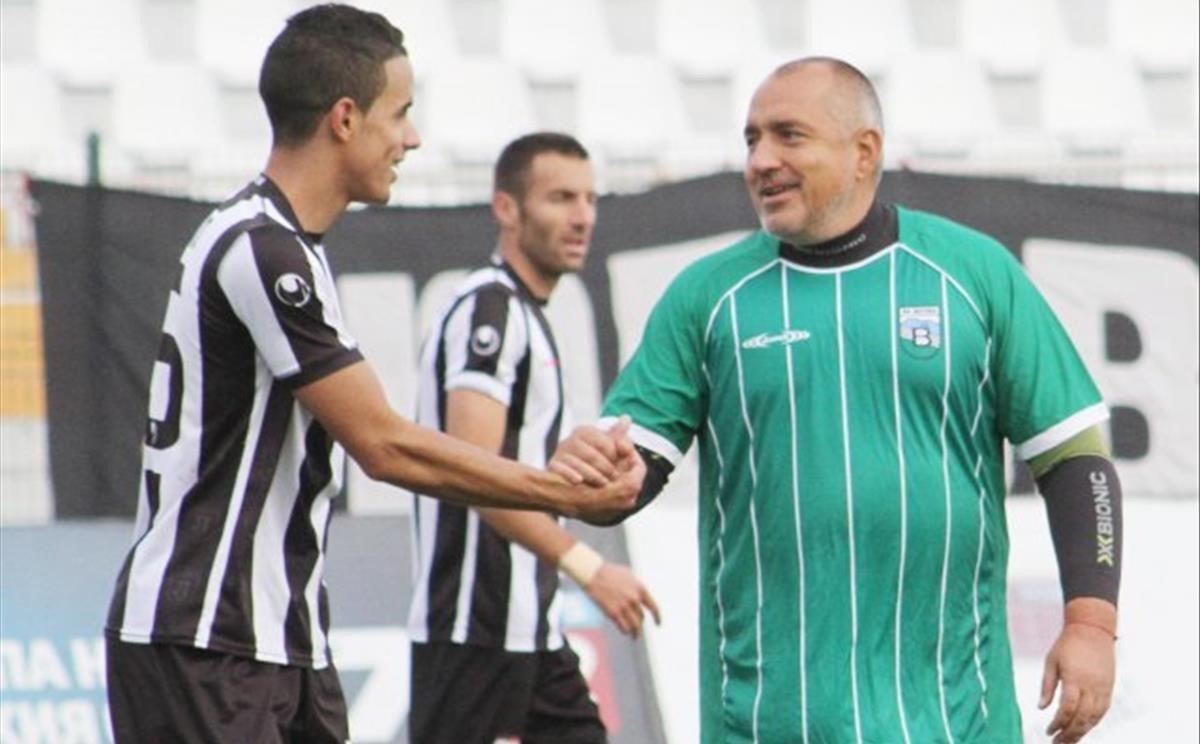 Borisov (derecha) saluda a Yovchev, hermano de la modelo Borislava Yovcheva, durante un partido.