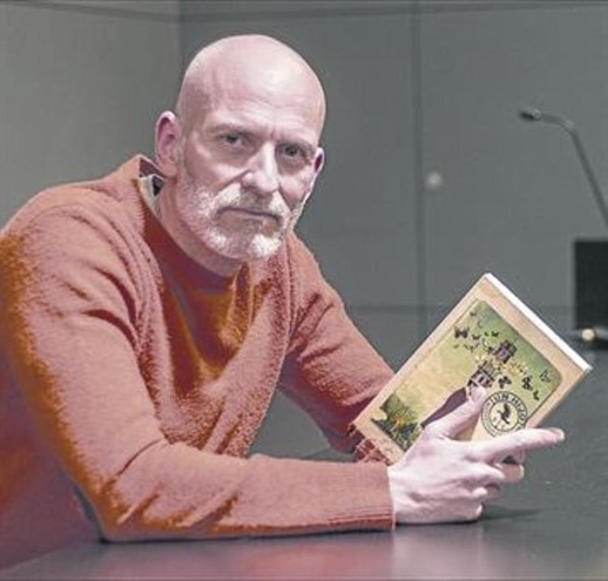 Alejandro Palomas 8 El escritor, con su último libro entre las manos.