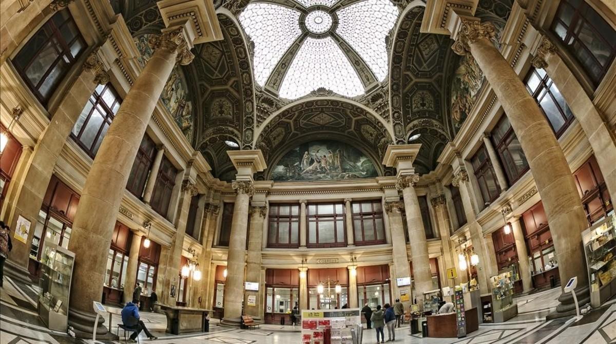 La sede central de Correos, con el lucernario de la Casa Granell i Rigalt.