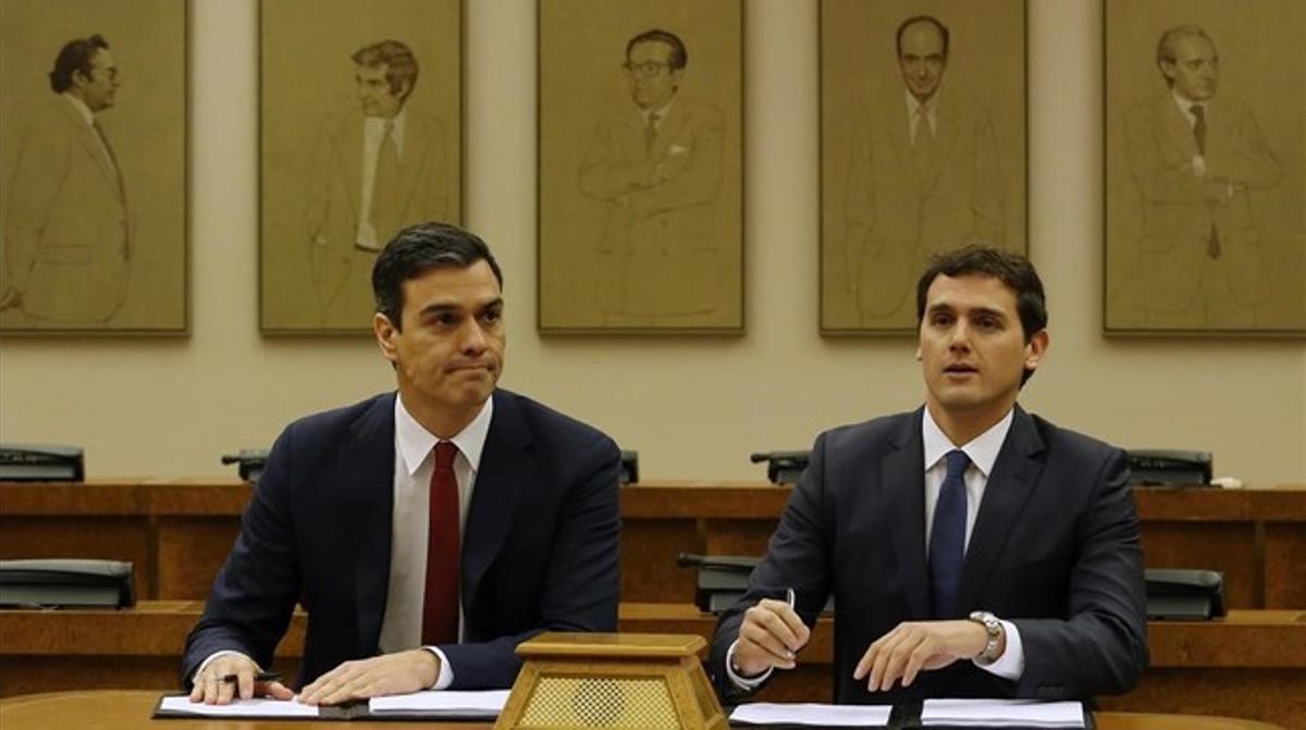 Sánchez y Rivera, durante la firma del acuerdo de legislatura, este miércoles en el Congreso.