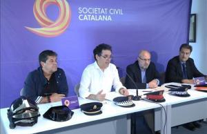El vocal de la junta de SCC, Xavier Marín, el vicepresidente Alex Ramos, el abogado Manuel Miró y el miembro de la policía judicial en el Cuerpo Nacional de Policía, Javier Balana, en rueda de prensa este viernes.