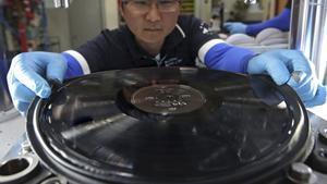 SEUL  COREA DEL SUR   29 06 2017 - Fotografia de archivo fechada el 1 de junio de 2017 que muestra un trabajador de Machang Music and Pictures produciendo un disco de vinilo en Seul  Corea del Sur  El gigante tecnologico y audiovisual nipon Sony anuncio hoy  29 de junio de 2017  que volvera a fabricar discos de vinilo tras cancelar su produccion en 1989  debido al aumento de la demanda global de este formato musical analogico  EFE Yonhap   PROHIBIDO SU USO EN COREA DEL SUR