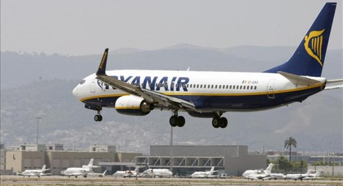 Un avión de Ryanair en El Prat.