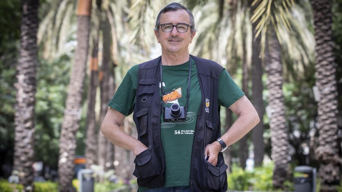 José García Poveda, 'El Flaco', con su pequeña cámara al cuello en una calle de València