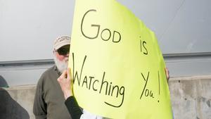 Partidarios de Trump esperan frente a un centro de recuento de votos en Atlanta (Georgia).