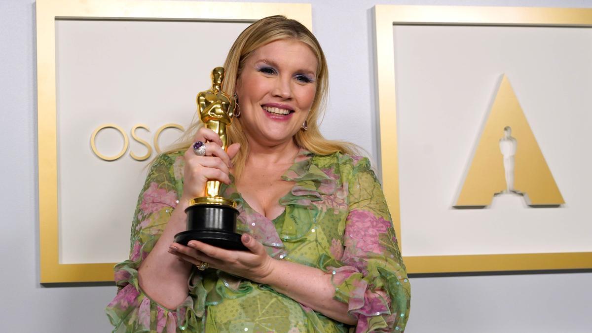 Emerald Fennell, con su Oscar por 'Una joven prometedora'.