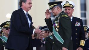 El presidente brasileño, Jair Bolsonaro, saluda al general del Ejército Eduardo Pujol durante una ceremonia en Brasilia en el 2019.