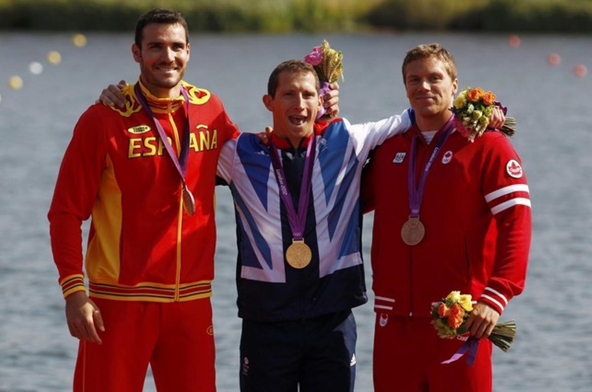 Saúl Craviotto, a la izquierda, posa con su medalla de plata junto al ganador de la prueba de K-1 200 metros, el británico Ed McKeever, en el centro, y el tercer clasificado, el canadiense Mark de Jonge.