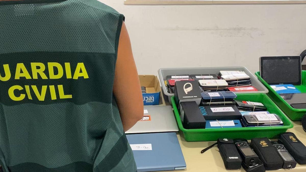 Detenida en el aeropuerto de Palma con 146 móviles en el equipaje.