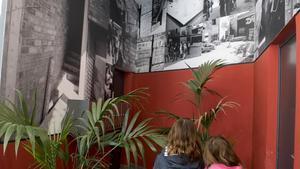 Uno de los portales con uno de los murales del friso 'Àngels nous' de Jorge Ribalta.