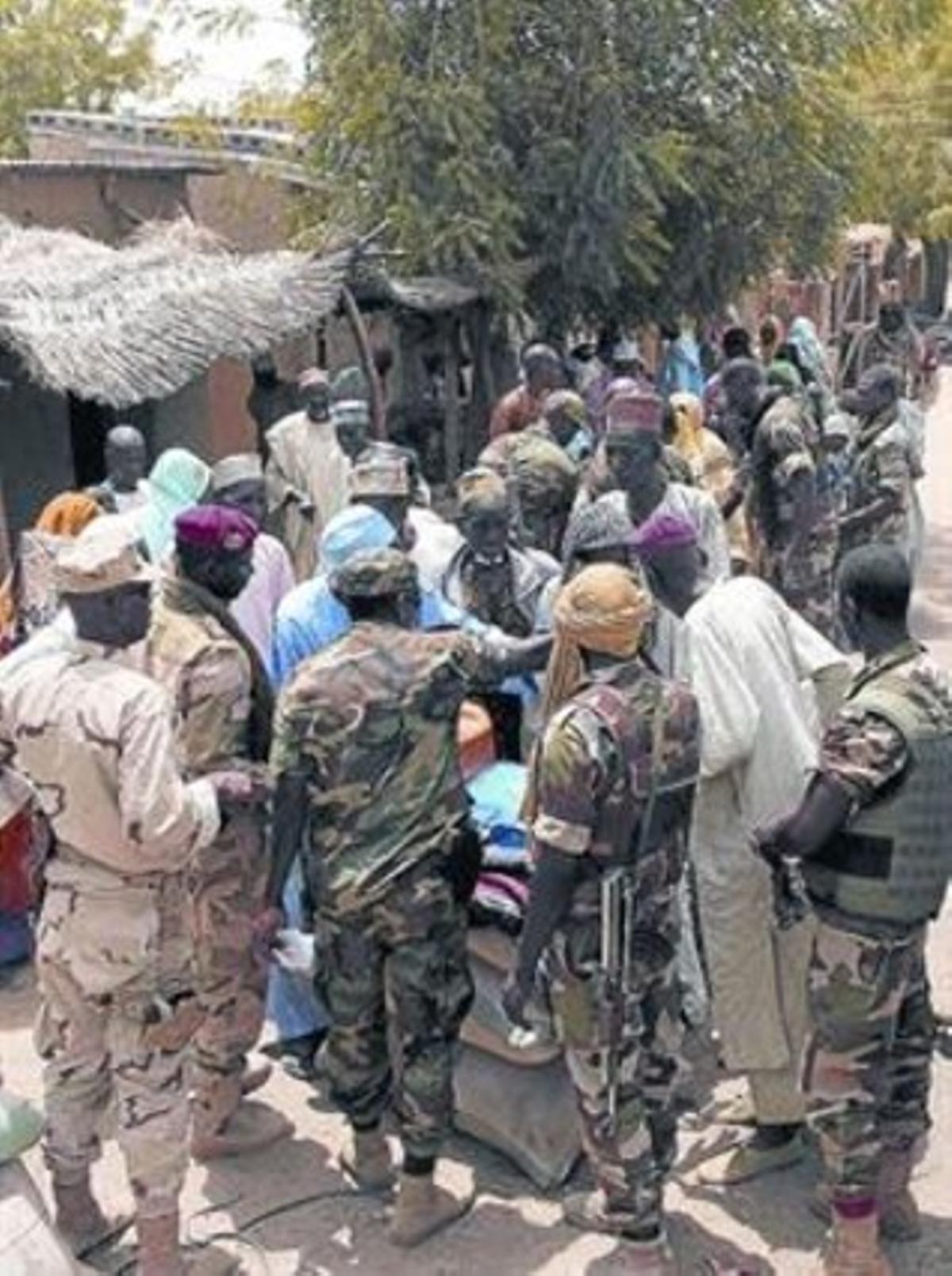 Soldados nigerianos, en Damasak, donde se produjeron los raptos.